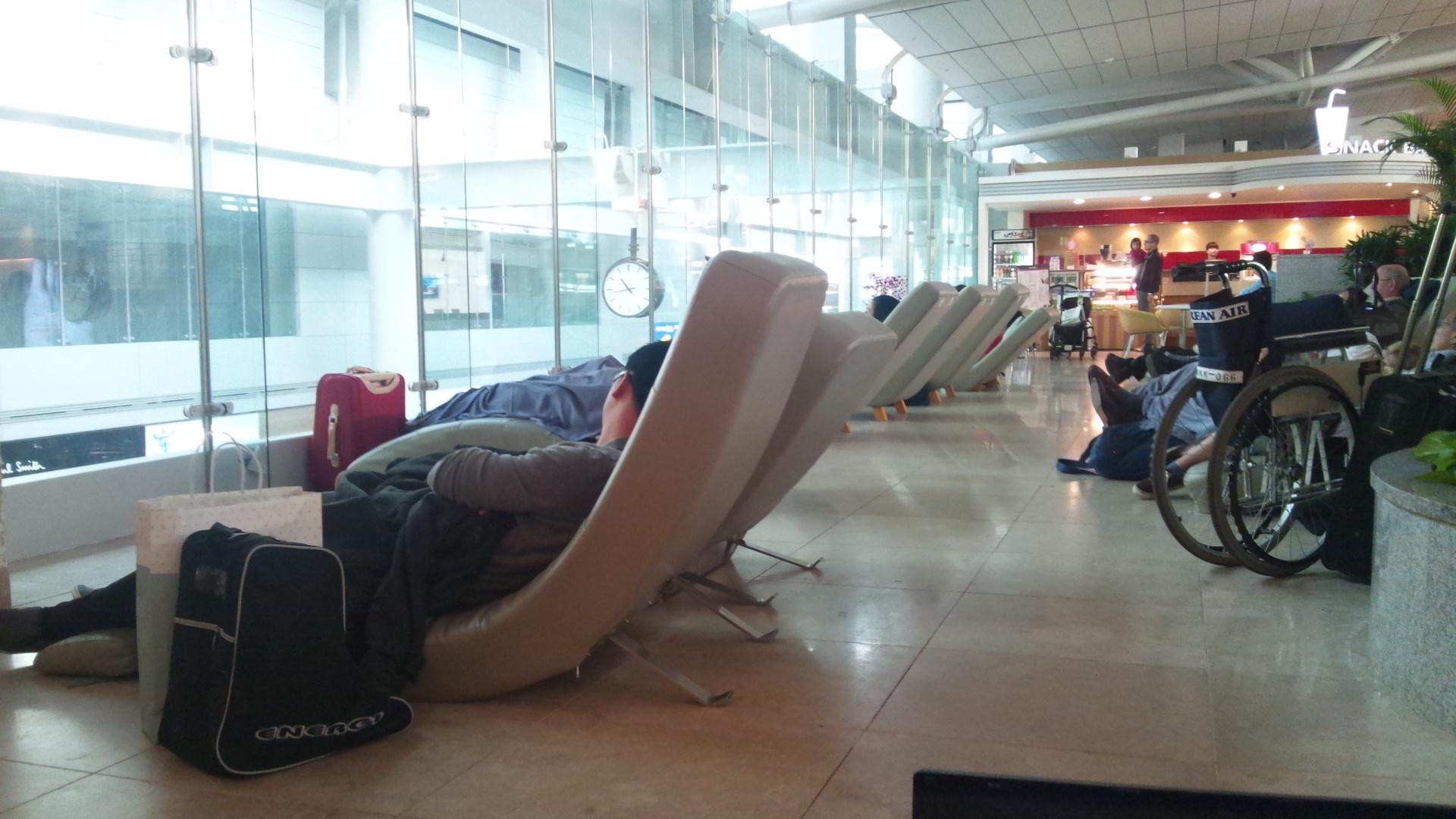 بحال فيلم تيرمينال. مرا 8 سنين وهي عايشة فمطار سنغافورة