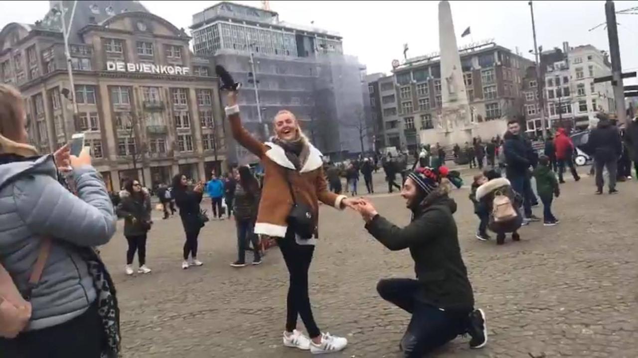 زربان على عمرو. بالفيديو مغربي فأمستردام تلاقى إنجليزية وخطبها فالشارع وها باش ردات عليه