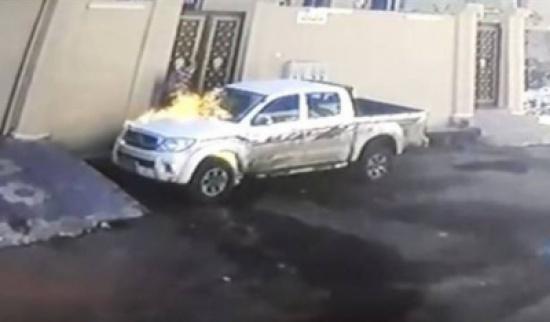 حفر حفرة وطاح فيها. بالفيديو مشا يحرق سيارة تحرق معاها