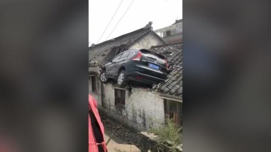 سطاسيونا بطريقة عجيبة. بالفيديو سائق نقز فوق دار وها علاش